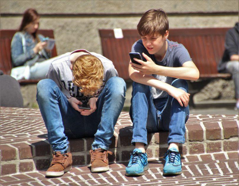 telephone et enfant